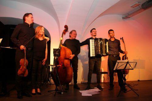 Das Tangoquintett Tres y Dos begeisterte das Publikum im ausverkauften Theater am Saumarkt mit Tango, Klassik und Jazz.Heilmann
