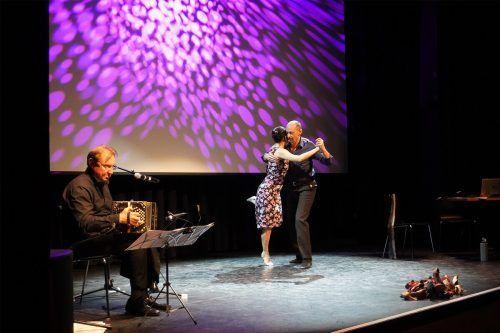 Das Tanzduo Claudia Grava und Martin Birnbaumer bot mit Musiker Peter Gneist eine temperamentvolle Aufführung.Stadt
