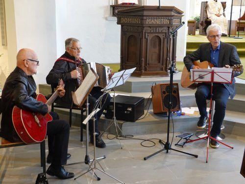Das Trio Herbert Peter, Helmut Brugger und Luggi Henny trug mit Gitarre, Handorgel und Mundharmonika Marienlieder vor.