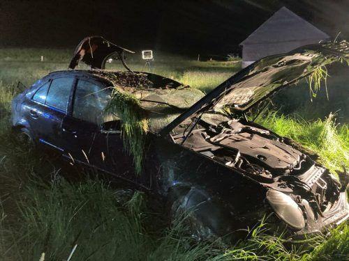 Dem Unfalllenker ist es schwer verletzt gelungen, sich aus seinem zerstörten Pkw zu retten. POLIZEI