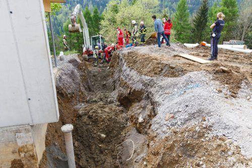 Der Arbeiter wurde von Arbeitskollegen ausgegraben. Auch die Feuerwehr, Rettung und Polizei waren zur Stelle. Hofmeister