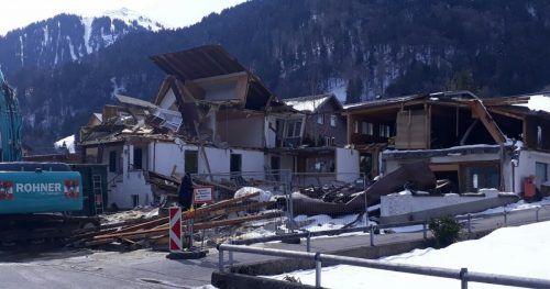 Der ehemalige Zimmereibetrieb samt Wohnhaus in Au wurde inzwischen abgerissen. Derzeit wird die Baugrube ausgehoben.