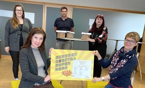 Der Elternverein bedankte sich mit der Auszeichnung als Digital Super Heroes bei den engagierten Lehrpersonen.lcf