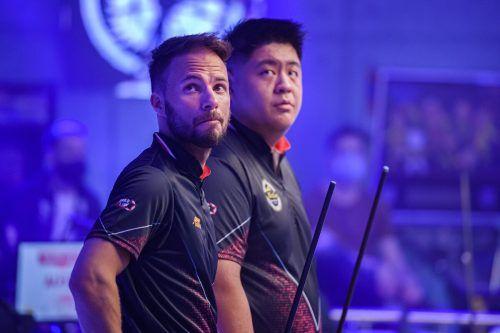 Der enttäuschte Blick von Ouschan und He auf die Anzeigetafel.TakaWu_MatchroomPool
