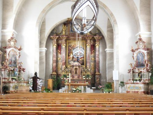 Der Innenraum der Kirche zum heiligen Georg ist im Sinne der Liturgie nach dem Zweiten Vatikanischen Konzil gestaltet.Mäser