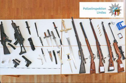 Der Lindauer hatte Waffen unterschiedlichster Art verstaut. POLIZEI