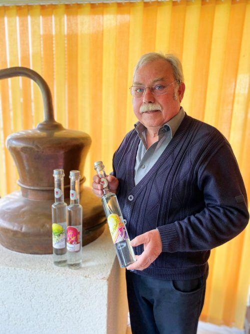 Der Quittenbrand ist eine von Elmar Domigs Spezialitäten. Die Etiketten hat eine befreundete Künstlerin von ihm selbst designt. VN/JUN
