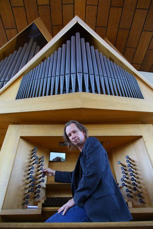 Der Vorarlberger Komponist, Organist und Musikpädagoge Michael Floredo an der Orgel der Pfarrkirche in Altach. VN