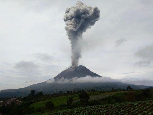 Der Vulkan Sinabung auf Sumatra ist erneut ausgebrochen und hat eine fast drei Kilometer hohe Aschesäule in die Luft gespuckt. AFP