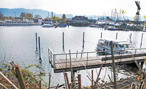 """Der Yachtclub hofft, die """"Fontainebleau"""" hier am Ende seiner Steganlage verankern zu können. Links dasMS """"Oesterreich"""". ajk/2, Stadtwerke Konstanz"""