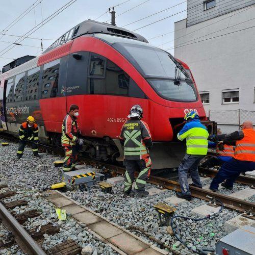 Der Zug sprang rund 400 Meter vor der Einfahrt in den Bregenzer Hauptbahnhof aus den Schienen.  ÖBB-Feuerwehr und Feuerwehr Bregenz-Vorkloster