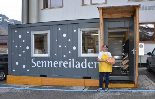Derzeit steht noch der Verkaufscontainer des Sinnhus-Ladens auf dem Gemeindeplatz. Das Geschäft zieht bald in den Neubau um.