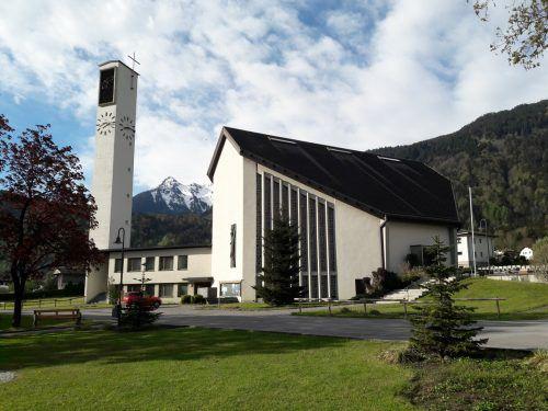 Die Betonglasfenster und der Eingang der Kirche werden saniert.Gemeinde Vandans