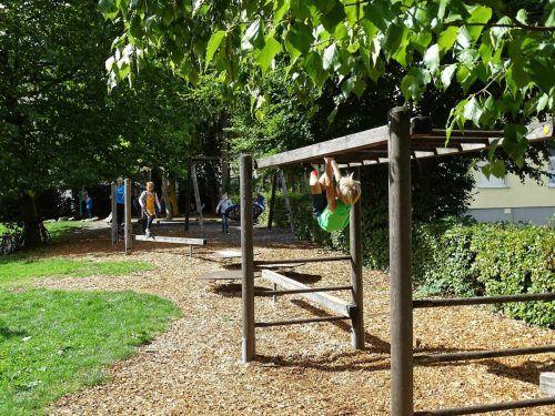 Spielen und entspannen ist auf dem Spielplatz bei der Remise gleichermaßen möglich.Stadt Bludenz