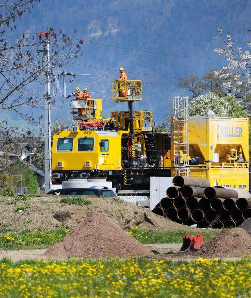 Die Fahrleitung über der Bahnstrecke Lauterach-Hard wird montiert.