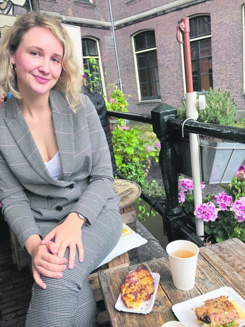 "Die junge Modedesignerin im""De Laatste Kruimel"", ihrem Lieblingscafé in Amsterdam, wo sie studiert hat."