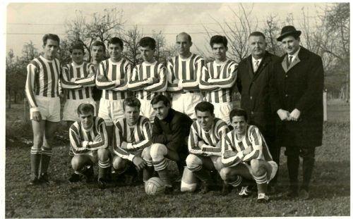 Die Kampfmannschaft des SV Lochau Anfang der 1960er-Jahre mit Funktionär Alfred Nussbaumer und Trainer Walter Spiegel.