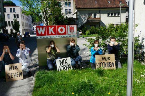 """Die Klimademos fanden unter dem Titel """"WKO Against Future - Nix sehen, nix hören, nur blockieren"""" statt. FFF"""