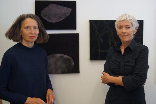 Die Künstlerinnen Gerti Hopp und Margot Meraner arbeiten zusammen auf Samt. yAS
