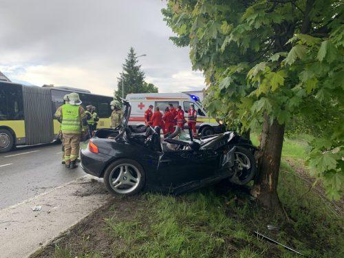 Die Lenkerin krachte aus noch unbekannter Ursache an der L 202 in Fußach gegen einen Baum. Die Harderstraße musste für den Verkehr gesperrt werden. R. Vlach