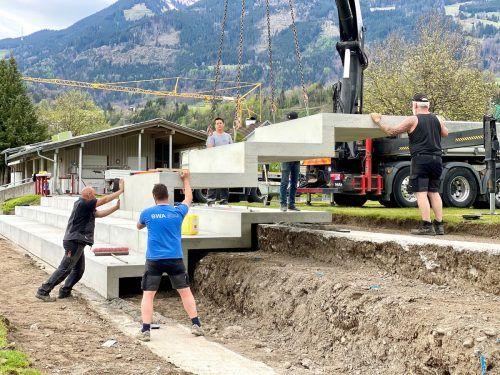 Die neuen Tribünenteile wurden kürzlich angeliefert und positioniert.Gemeinde