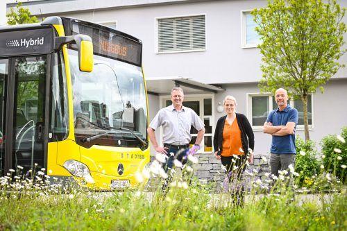Die Niggbus-Geschäftsführer Gerhard Pertoll (links) und Alfred Herburger (rechts) mit Christine Pertoll, die das Unternehmen durch den Zertifizierungsprozess führte.Mittelberger