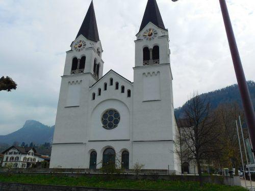 Die Pfarrkirche St. Ulrich wirkt von außen durch die beiden Türme imposant. Der Innenraum ist eher ruhig gestaltet, dadurch kommen die Glasfenster gut zur Geltung.Mäser