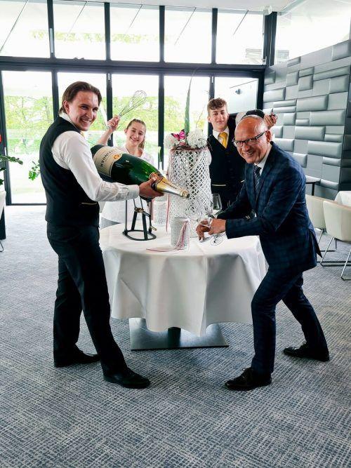 Die SchülerMax Netzer, Santina Suter und Paul Koschina im Casinorestaurant Falstaff mit Ausbildner Stefan Moosbrugger. falstaff