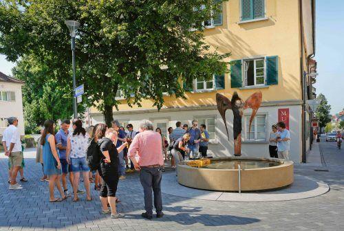 Die Skulptur vor dem Brunnen im Jüdischen Viertel. Das Foto entstand vor der Coronapandemie.Stadt