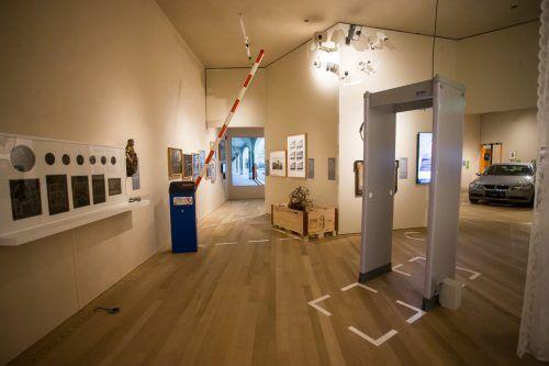 Die Sonderausstellung umfasst rund 500 Objekte. Ein Bereich beschäftigt sich mit dem Thema Grenzen. VN/Steurer