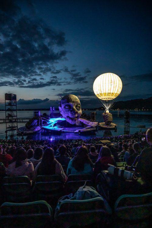 Die Tribüne am See fasst rund 7000 Zuschauer. sams