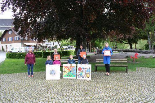 Die Werke der Kindergartenkinder wurden an Vizebürgermeisterin Michaela Gort übergeben.Marktgemeinde