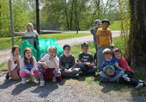 Die Zweitklässler der Volksschule Leopold in Dornbirn rückten zur Abfallsammlung aus.