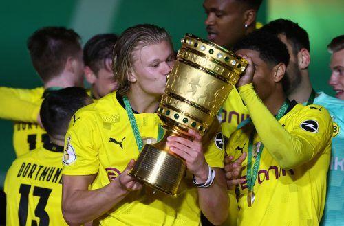 Doppeltorschütze Erling Haaland mit einem Küsschen für den DFB-Pokal.apa