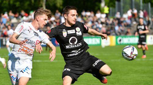 Dornbirns Florian Prirsch (rechts) im Duell um den Ball gegen FAC-Spieler Kevin Sostarits.gepa