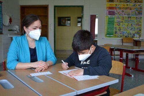Drei Mal in der Woche werden im Lerncafé im Hohenemser Herrenried Kinder bei den Hausaufgaben betreut.Caritas
