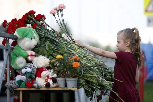 Ein Mädchen trauert um die Opfer des Angriffs auf eine Schule im russischen Kasan. Neun Menschen kamen ums Leben. AP