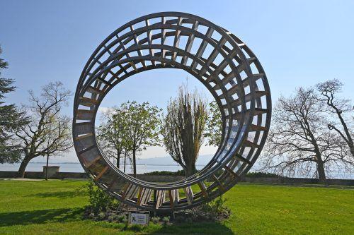 """Ein monumentaler """"Ring für den Frieden"""" ziert das weitläufige Ausstellungsgelände der Gartenschau auf der Hinteren Insel in Lindau.Stadt lindau"""