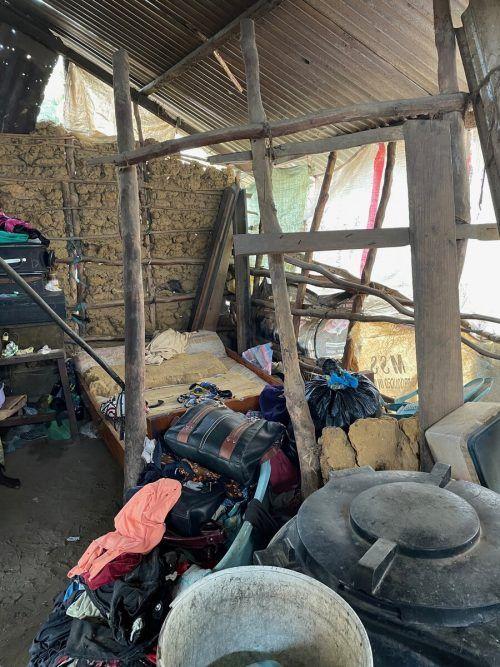 Eine kaputte Hauswand konnte während des Aufenthalts von Heinz Rützler vor Ort erneuert werden und gleichzeitig auch ein neues bett aufgestellt werden.Privat