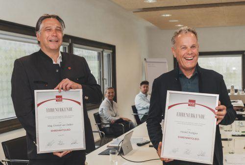 Eine Urkunde bescheinigt Christof van Dellen und Harry Rudigier die Ehrenmitgliedschaft in der WIGE Montafon.WIGE