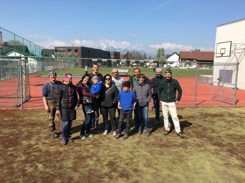 Eltern, Schüler und Gemeindemitarbeiter werkeln seit einigen Wochen gemeinsam an dem neuen Pausenhof. Egle