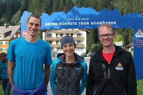 """Eric Leitner (r., mit Siegern 2020): """"Seven Summits fordert nicht nur Teilnehmer heraus, es werden auch Projekte von Rokpa unterstützt.""""stp"""
