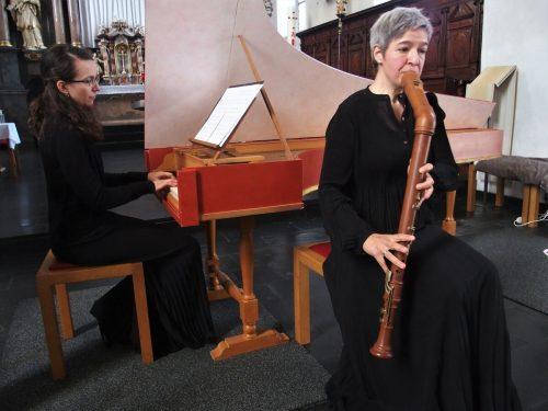 Eva-Maria Hamberger (Cembalo) und Barbara Nägele (Blockflöte) begeisterten das Publikum in der Pfarrkiche in Bludesch. ju