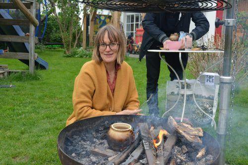 """Eva Scheffknecht heizt im Grill das """"Töpfle"""" an, das sie mit ihrem Bruder entworfen hat.bvs"""