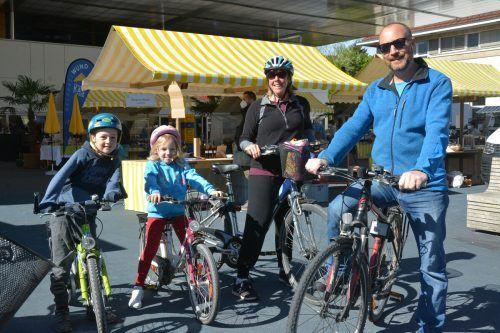 """Familie Morris schloss sich in Lustenau dem Vorhaben """"Mehr Platz fürs Rad"""" an."""