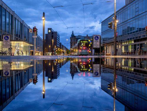 Fast vollkommen leer sind die Straßen von Frankfurt am Main gegen Ende der nächtlichen Ausgangssperre. AP