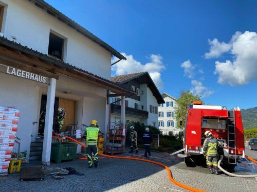 Feuerwehreinsatz beim Lagerhaus in Lingenau: Diverse Schriftstücke sind am Freitag in Brand geraten. vol.at/Mayer