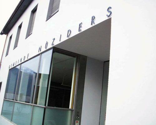 Das Gemeindehaus Nüziders bekommt eine neue Fensterfront.Gemeinde