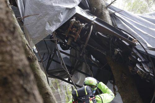 Die abgestürzte Gondel soll mit einem Hubschrauber abtransportiert werden. AP