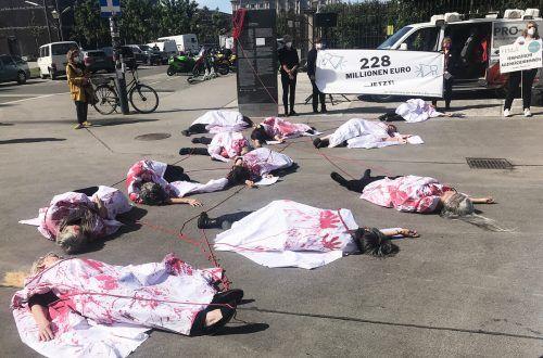 Frauenrechtsorganisationen protestierten am Dienstag in Wien gegen Gewalt an Frauen. Unter anderem fordern sie mehr Geld für Prävention. APA